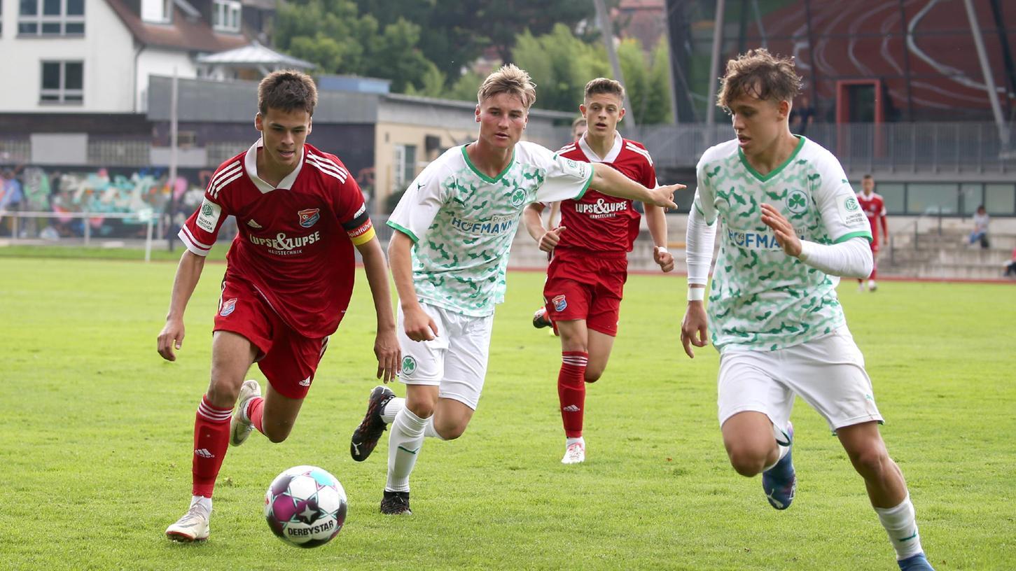 """""""Nicht unser Anspruch"""": Die Fürther U19 um Lukas Näpflein (Mitte) und Marlon Fries spielt nur 1:1 gegen Unterhaching."""