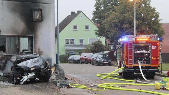 Auto prallt gegen Hauswand: 27-Jähriger stirbt bei Unfall in Mittelfranken