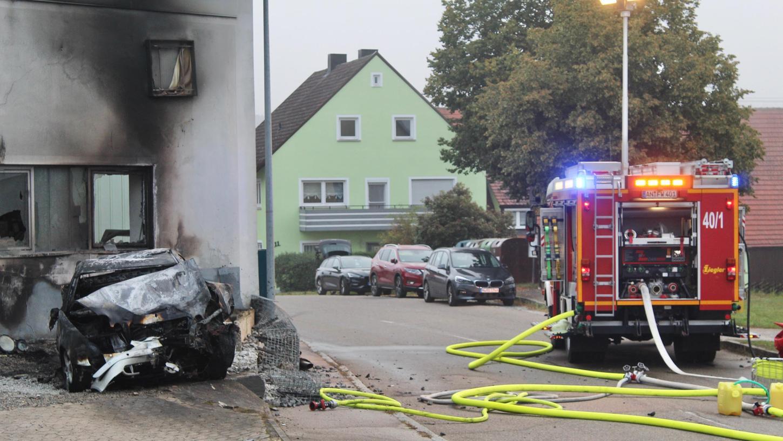 Bei dem Verkehrsunfall überfuhr der Fahrer eine Verkehrsinsel und prallte gegen eine Hauswand.