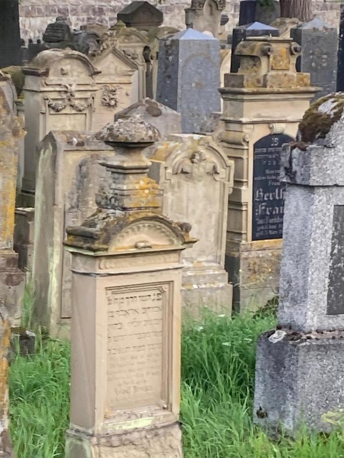 Am Beispiel des Grabsteins von Eva Dispeck wird gezeigt, wie bildhaft und reichhaltig die Eulogien (Lobreden) in den Grabinschriften sein können.