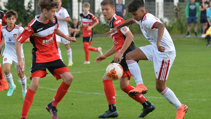 Leidenschaftlich, mutig, ebenbürtig: So begegneten die U15-Fußballer des ASV Neumarkt (rote Trikots) dem 1. FC Nürnberg (weiß) im Regionalliga-Duell.