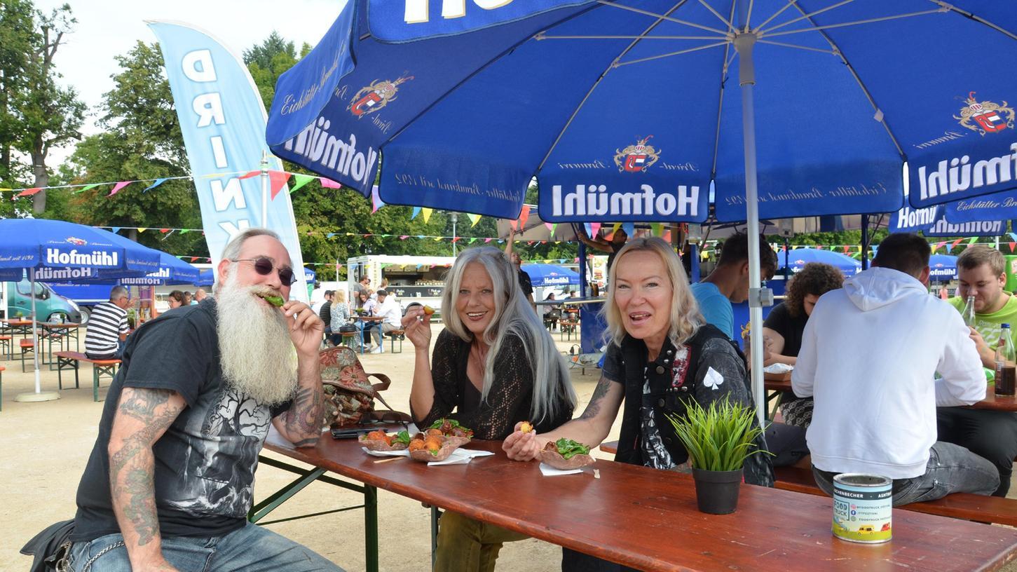 """Ein Gruppe """"Leckermäuler"""" aus Fürth kam eigens nach Roth, um es sich auf dem Festplatz richtig schmecken zu lassen. Die """"Foodtrucks"""" hatten wieder ein Riesenangebot parat."""