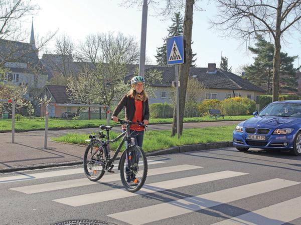 Am Zebrastreifen müssen Autofahrer nur dann für Radler anhalten, wenn diese schieben.