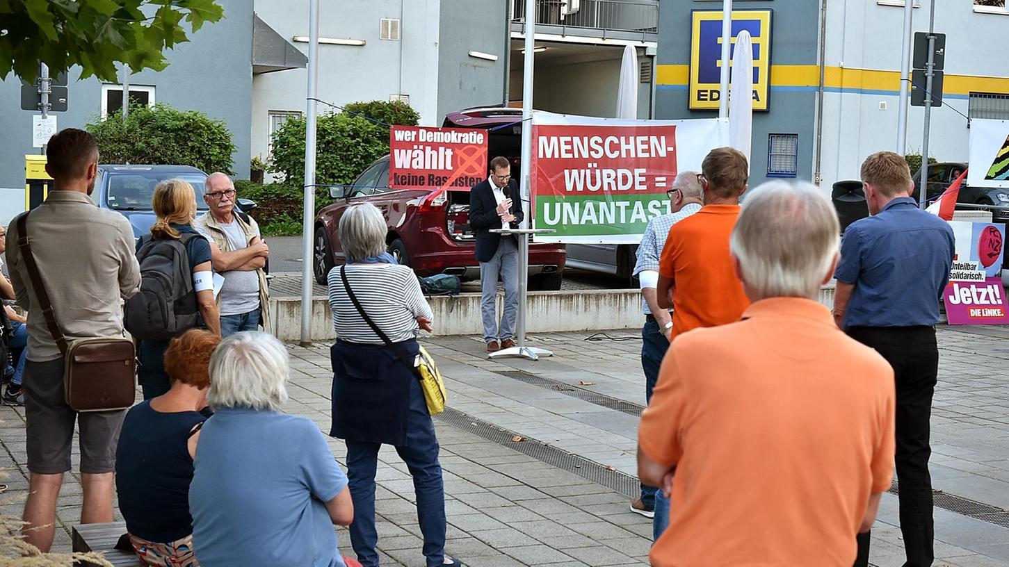 Bunter Protest gegen die Politik der AfD: In Heroldsberg im Landkreis Erlangen-Höchstadt folgten rund 70 Menschen einem Aufruf der Aktion Courage Erlangen.