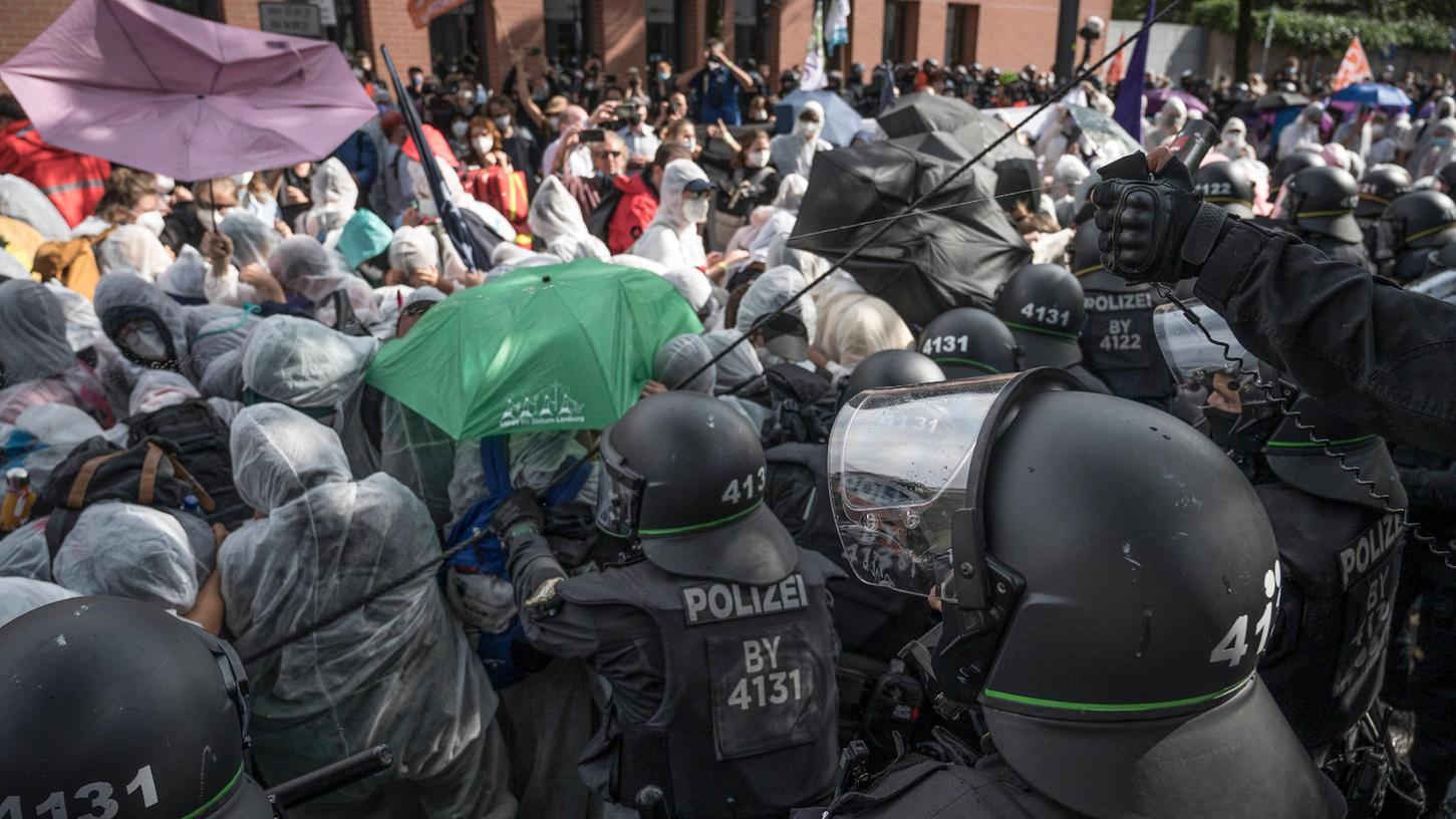 Die Polizei ging teilweise mit Pfefferspray gegen die Demonstranten vor.