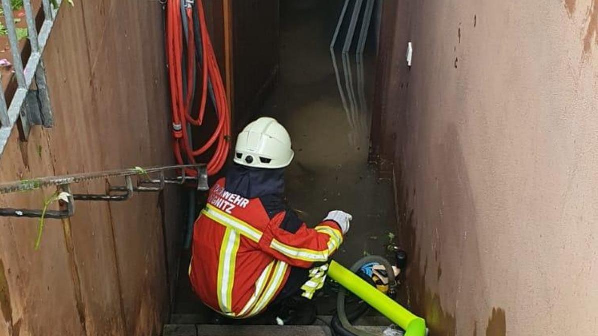 Das Auspumpen von Kellern gehört zum weiten Aufgabenfeld der Wehr.