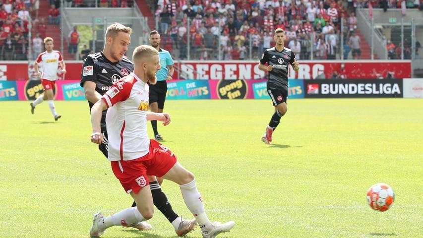 12.09.2021 --- Fussball --- Saison 2021 2022 --- 2. Fussball - Bundesliga --- 06. Spieltag: SSV Jahn Regensburg- 1. FC Nürnberg FCN ( Club ) --- Foto: Sportfoto Zink/DaMa --- DFL regulations prohibit any use of photographs as image sequences and/or quasi-video - only for editorial use --- ....Tim Handwerker (29, 1. FC Nürnberg / FCN ) Jan Niklas Beste (4, SSV Jahn Regensburg )