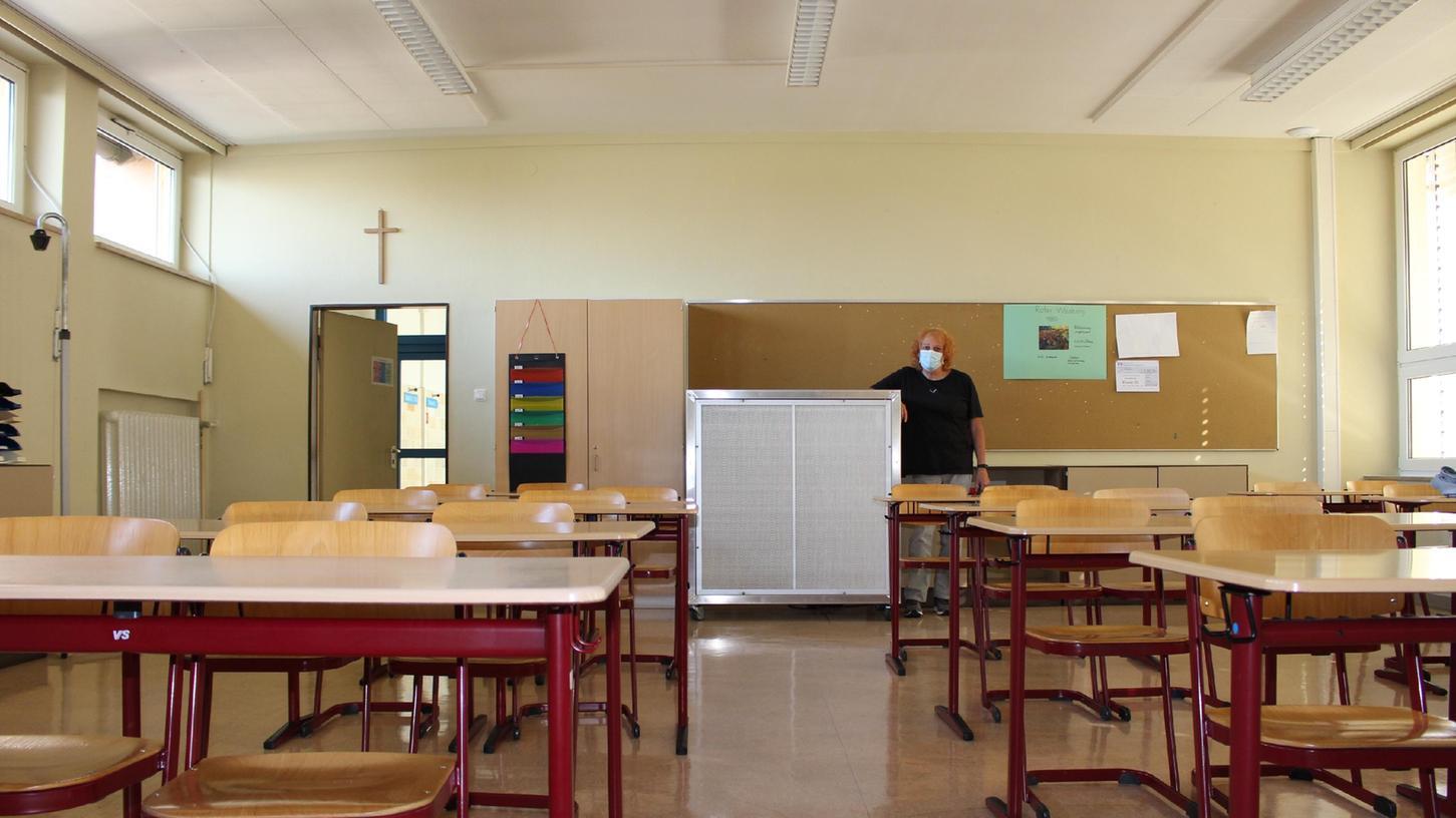 An der Stephani-Mittelschule Gunzenhausen gibt es große Klassen. Dieses mobile Luftfiltergerät, neben dem Rektorin Sandra Wißgott steht, wird nun erprobt.