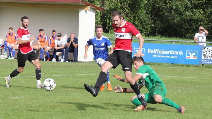 Beim Landesliga-Kellerduell zwischen dem TSV 1860 Weißenburg (in Rot) und dem SV Schwaig schenkten sich beide Mannschaften nichts. Das bessere Ende in Form eines 2:0-Sieges hatte nach einem intensiven Kampf der Gastgeber Weißenburg.