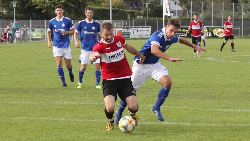 Die Entwicklung einer Strafraumszene: Jonas Ochsenkiel (am Ball) geriet bei einem Zweikampf ins Straucheln . . .