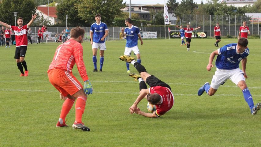 . . . und begrub den Ball unter sich - die Chance war verpufft und im Hintergrund forderte Sebastian Walter (links) vergeblich Elfmeter.