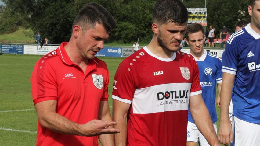 Halbzeitgespräch: Weißenburgs Trainer Markus Vierke (links) mit Innenverteidiger Patrick Weglöhner.