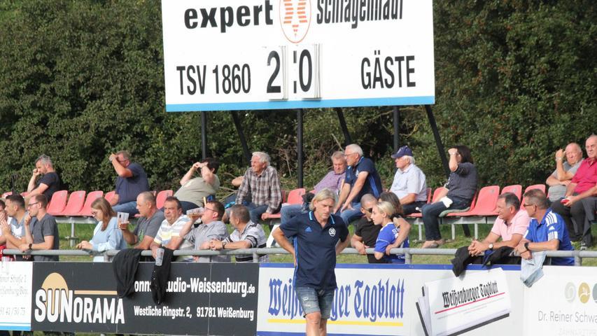 Der Schwaiger Trainer Martin Schmaußer (im Vordergrund) konnte mit dem 2:0-Endstand für Weißenburg natürlich nicht zufrieden sein.
