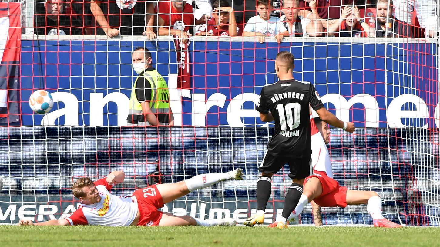 Der Ausgleich im Jahn-Stadion: Dovedan staubt zum umjubelten 2:2-Endstand ab.