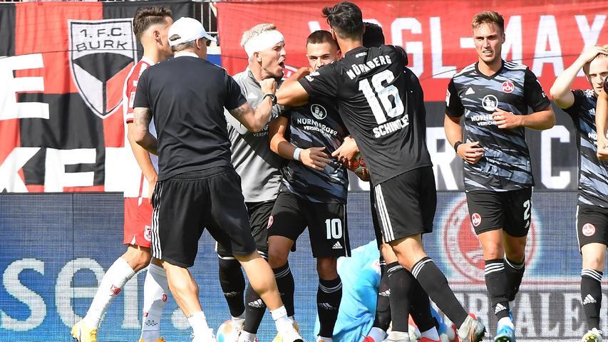 Remis im Topspiel der 2. Bundesliga. Viel Feuer war in der Partie, beide Teams hatten die Chance, den Dreier mit nach Hause zu nehmen. Am Ende ist ein Unentschieden in so einem Spiel aber wohl am fairsten. Der Club rutscht nach der Punkteteilung auf Rang sechs -Regensburg hält sich an der Tabellenspitze.