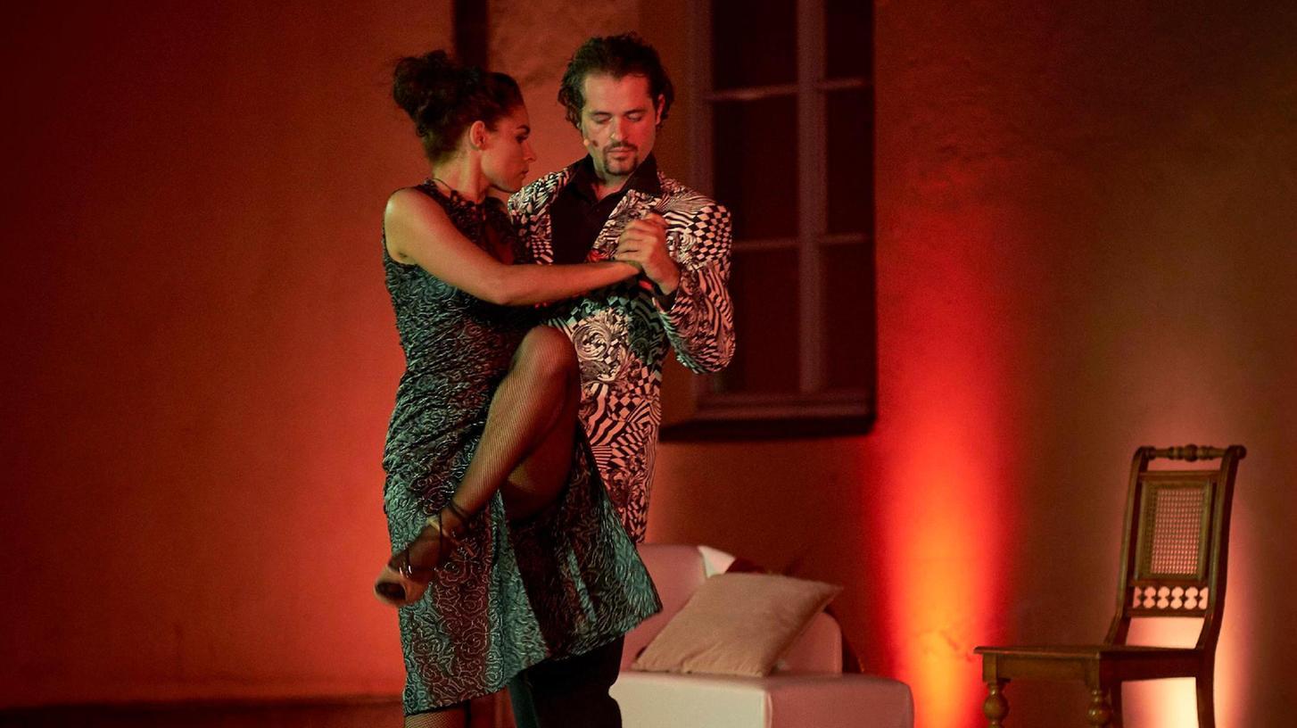 Der Frauenheld Don Juan in der gleichnamigen Komödie in seinem Element: Er umgarnt – wie man es von ihm erwartet – eine Dame.