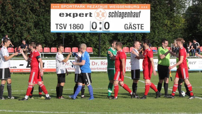 Willkommens-Zeremonie im Dotlux-Fußballpark in der Weißenburger Rezataue zwischen dem TSV 1860 (U23) und dem SV Cronheim.