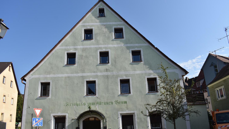 Das Gasthaus zum Grünen Baum in Gräfenberg: Endlich geht etwas voran, mit dem Denkmal. Aber der neue Besitzer kann nicht einfach so drauflos sanieren, sondern muss sich an Vorschriften halten – zumindest weitestgehend.