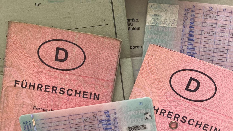 Die alten, grauen und rosafarbenenPapierführerscheine haben bald ausgedient. Es gibt strenge Übergangsfristen für den Umtausch. Aktuell sind die Jahrgänge 1953 bis 1958 an der Reihe.