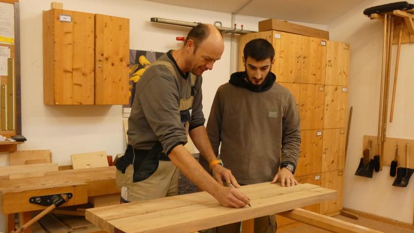 Möbelbau unter Marktbedingungen: Mit Aufträgen von öffentlichen wie privaten Kunden wird auch in der Schreinerei Geld erwirtschaftet, das zur Finanzierung der Jugendwerkstatt erforderlich ist.