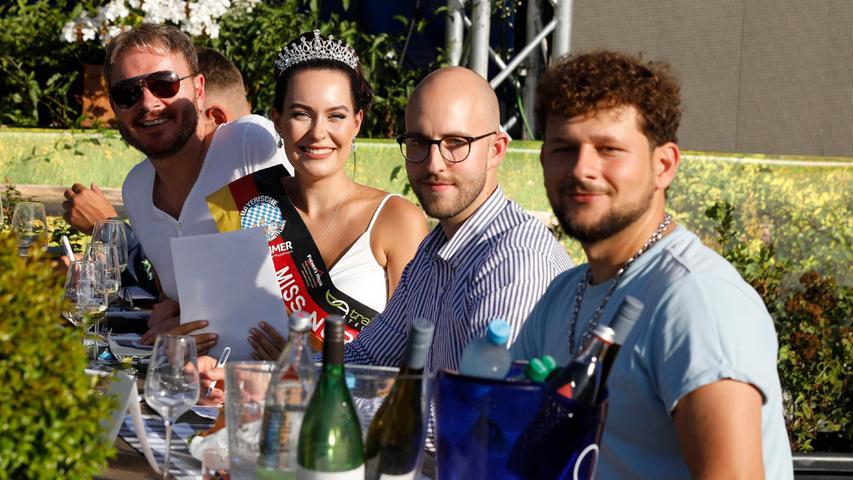 Die letztjährige Miss Nürnberg 2020lächelte zusammen mit den anderen Jurymitgliedern.