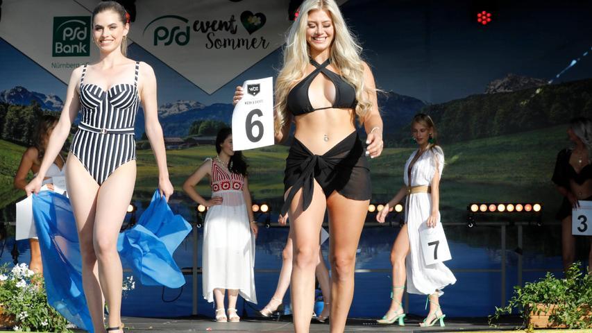 Jede Finalistin zeigt ein individuelles Strandoutfit.