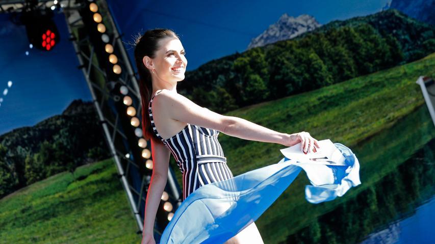 Agnes Pelzl bei ihrer Performance im Strandoutfit.