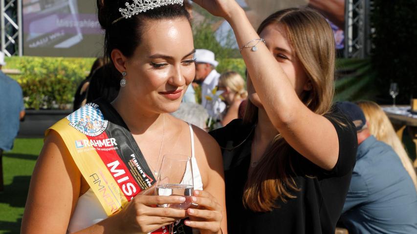 Auch die Miss Nürnberg vom letzten Jahr wurde königlich umsorgt - hier richtet ihr eine Stylistin die Krone.
