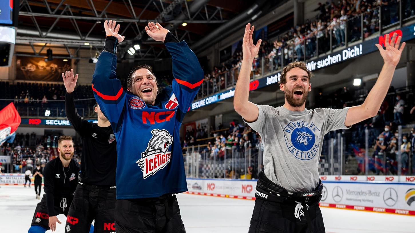 Wenn die Ice Tigers endlich wieder ihre Fans feiern: Tim Bender (rechts) und Patrick Reimer haben diese Momente offensichtlich vermisst.
