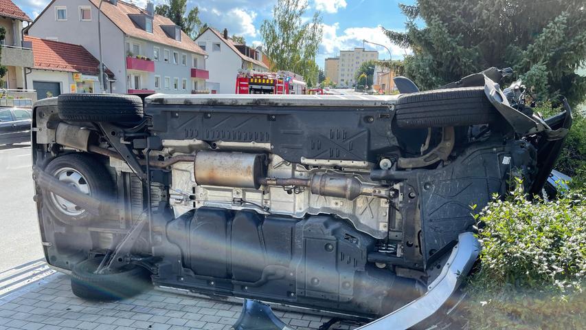 Ein VW-Bus stürzte bei dem Unfall um.