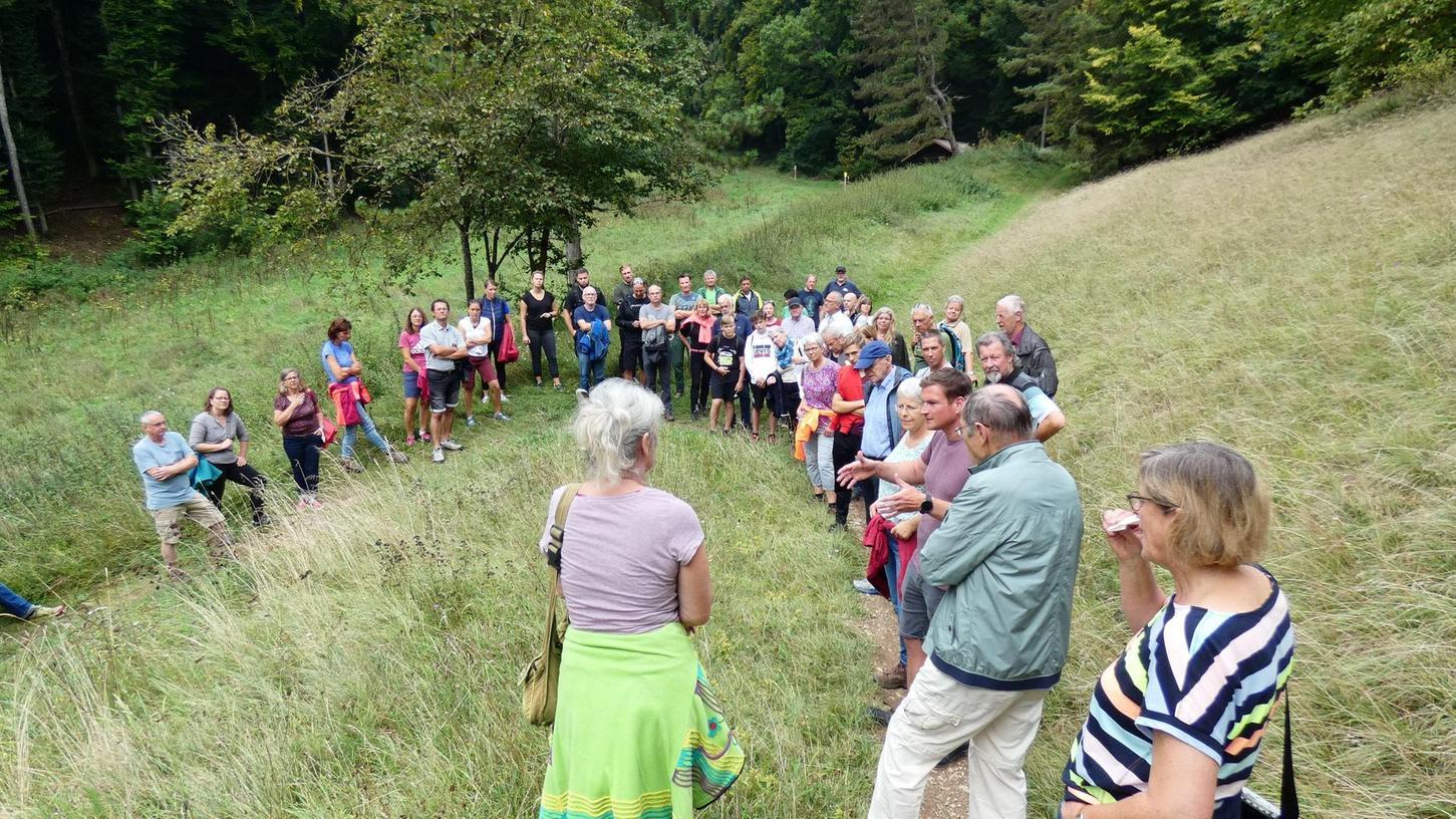 Etwa 50 Personen versammelten sich am Samstag an der Talstation im Heumöderntal, um über die geplante Lifttrasse zu diskutieren und Teile der Trails zu begehen. Zugegen waren auch einige Stadträte und Bürgermeisterin Kristina Becker.