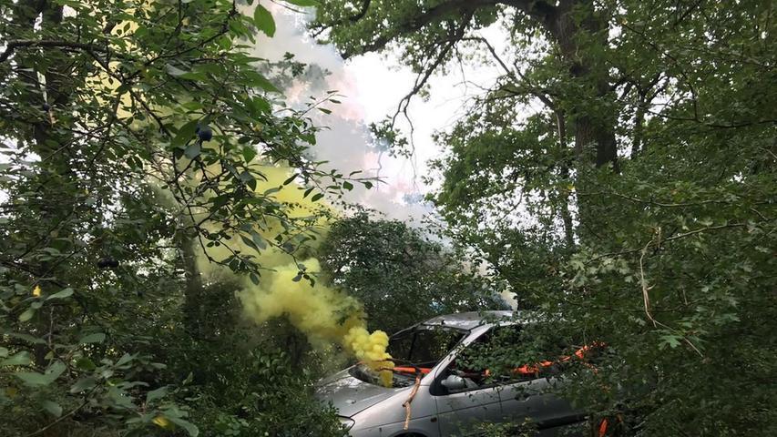 Ein altes Autowrack sollte ein abgestürztes Flugzeug darstellen, das mitten in unwegsamem Gebüsch gelandet war und aus dem Personen gerettet werden mussten.