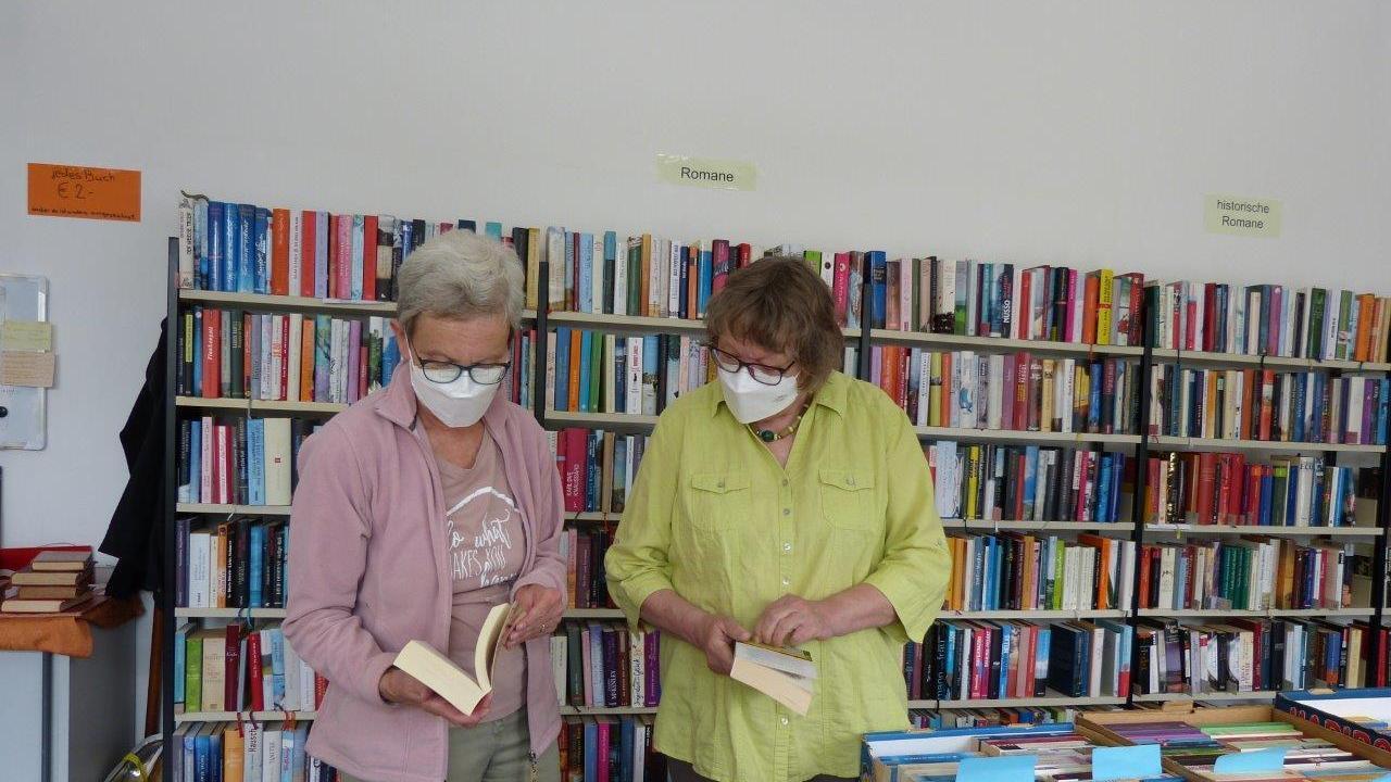 Inge Haller und Karola Weiß arbeiten ehrenamtlich im Bücher-Basar.