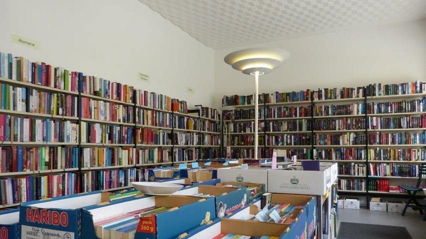 Der Laden wirkt von außen zwar klein, doch innen gibt es nicht nur im Erdgeschoss, sondern auch im ersten Stock und im Keller Platz für die vielen Bücher.