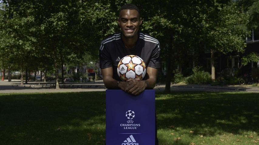 Die Fotos zeigen den neuen Ball auf einem Sockel, der auf den heimischen Fußballplätzen von Top-Fußballerinnen und -Fußballer platziert wurde. Ryan Gravenberch, Mittelfeldspieler bei Ajax Amsterdam.