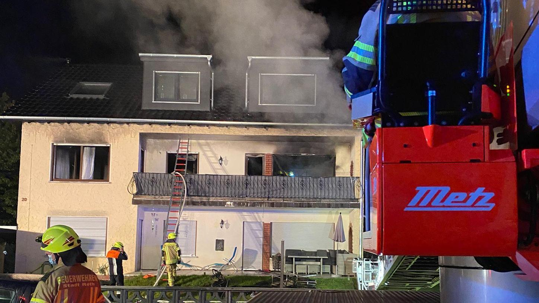 In einem Mehrfamilienhaus im Rother Ortsteil Eckersmühlen ist in der Nacht zum Sonntag (12. September) ein Feuer ausgebrochen.