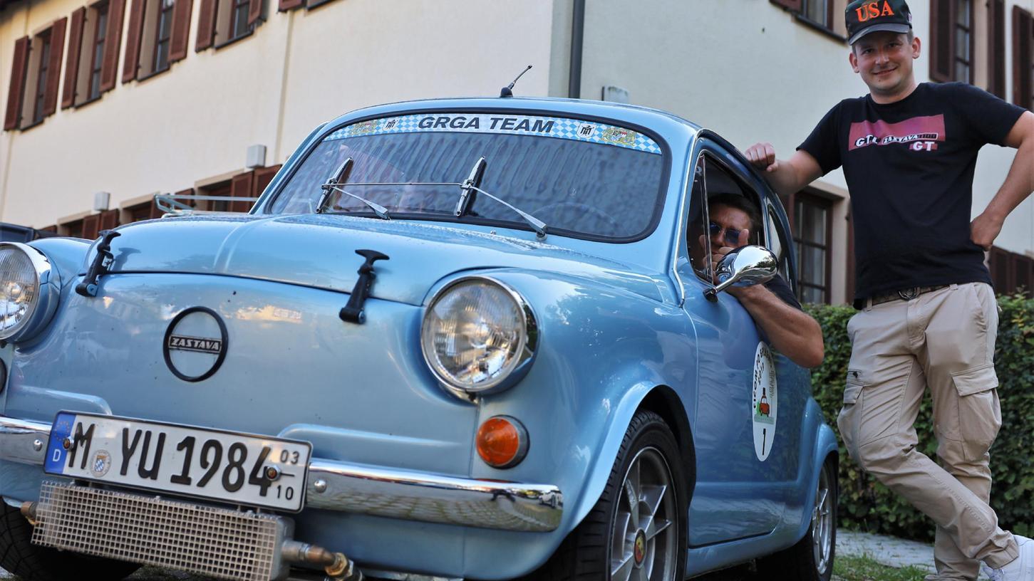 Grga Dulabic, der sich hier aus dem Auto lehnt, sagt über seine Passion für die Autos von Zastava: