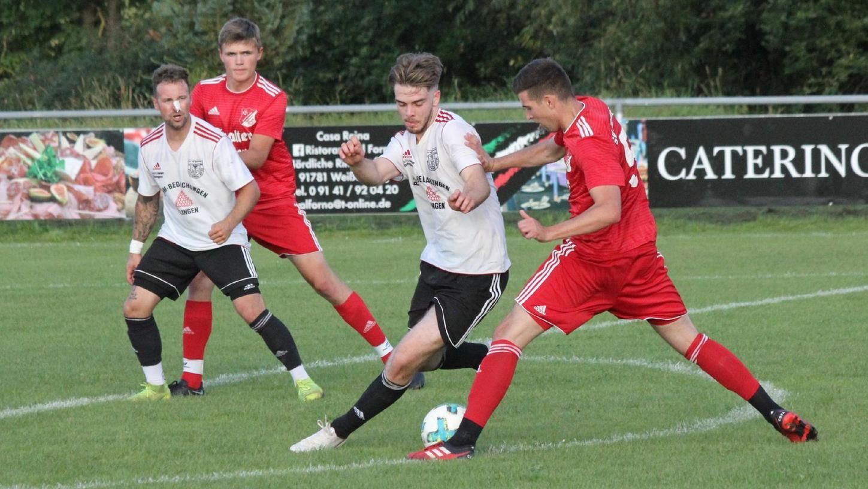 Unentschiedenes Verfolgerduell: Der TSV 1860 Weißenburg II (vorne links der agile Noah Leitel) und der SV Cronheim (rechts Marco Dölfel) trennten sich in einem engen Kreisliga- Match mit einem letztlich gerechten 2:2.