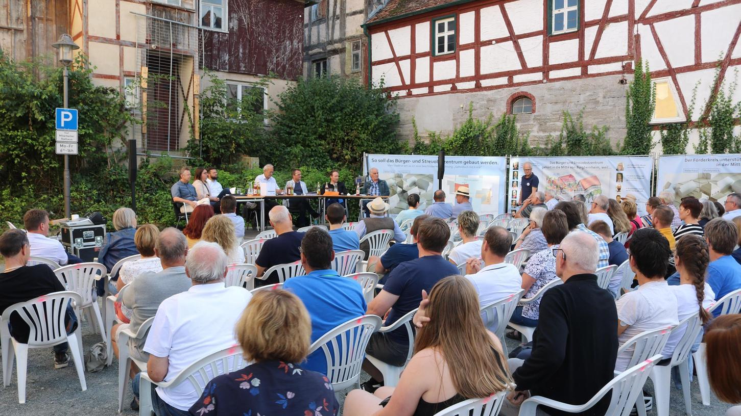 Nicht alle Stühle waren besetzt bei der Podiumsdiskussion, doch viele Zuhörer standen auch auf der Straße.