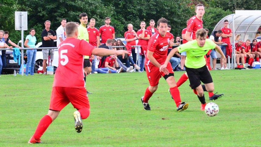 Der SC Ettenstatt (in Neongelb) setzte sich im Heimspiel mit 3.2 gegen die Eintracht Kattenhochstatt durch.