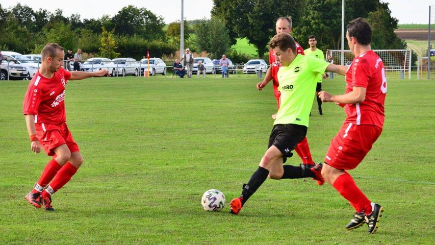 Der SC Ettenstatt (in Neongelb) setzte sich im Heimspiel mit 3.2 gegen die Eintracht Kattenhochstatt durch. Tim Rusam erzielte den zweiten Ettenstatter Treffer.