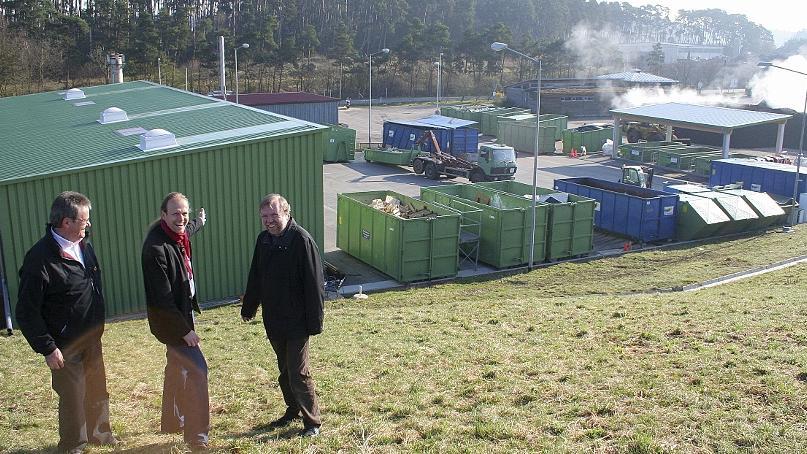 Hier ist ein Dach frei für eine Bürgersolaranlage. Martin Sauer und Dr. Gerhard Brunner von der Agenda-21-Gruppe und Ernst Hofer von den Stadtwerken (vonlinks) auf dem Recyclinghof am Schwabacher Stadtrand bei Neuses.