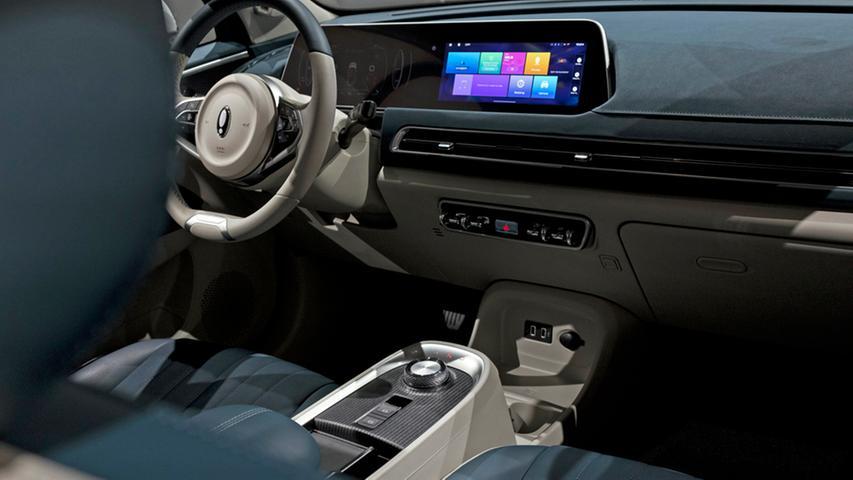 Serienmäßig bringt der Cat einen 20,5-Zoll-Dual-Screen, eine 360-Grad-Kamera sowie den sogenannten Autobahnassistenten mit.