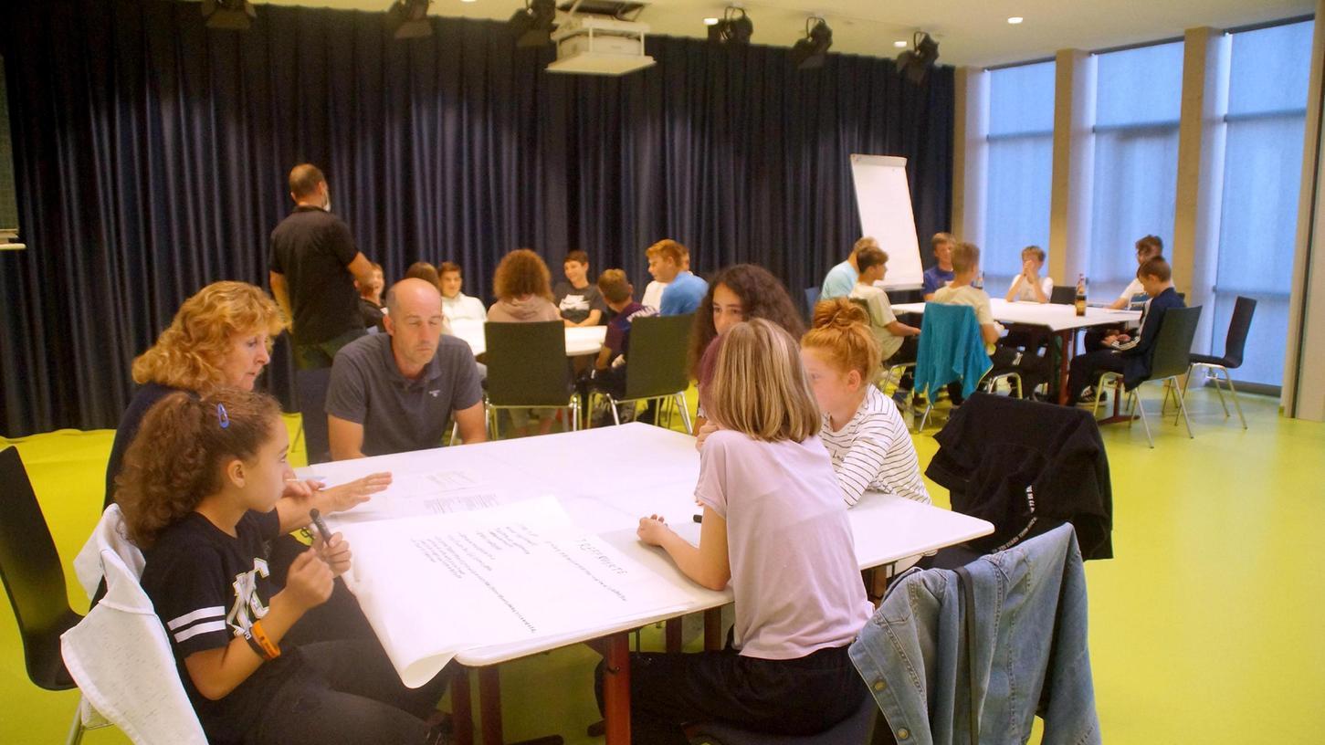 Als abschließendes Highlight des gemeindlichen Ferienprogramms fand das Jugendforum in der Aula der Grundschule in Pilsach statt.
