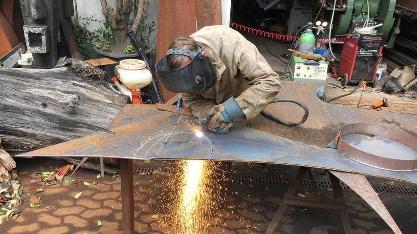 Aus den Stahlplatten, die knapp 50 Kilogramm wiegen, setzte Guido Häfner in tagelangen Mühen seine Skulptur zusammen. Dabei war er immer wieder ganz schön ins Schwitzen gekommen, nicht nur beim Schweißen, bei dem buchstäblich die Funken flogen.