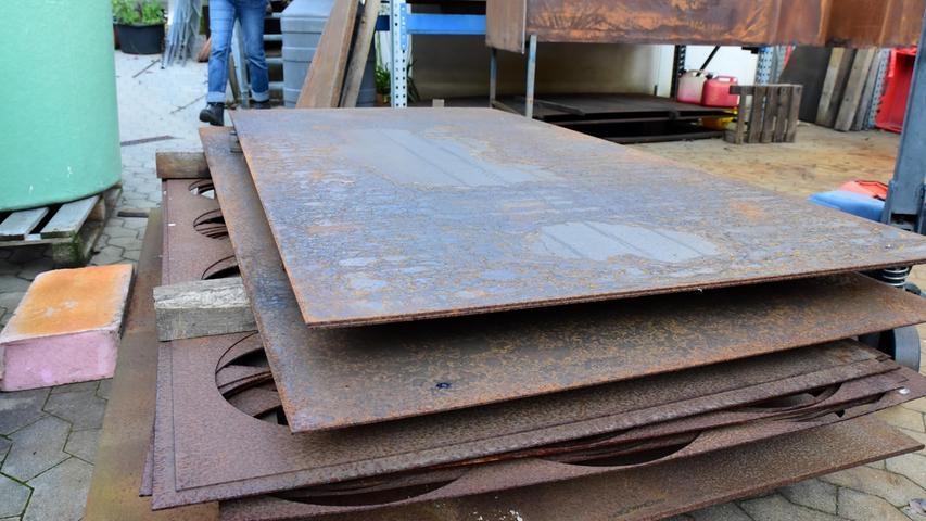 """Bevor es damit aber losgeht, liegen die Platten aus Corten-Stahl erst einmal im Hof herum. """"Sie reifen dann"""". Übereinandergestapelt sind sie Wind und Wetter schutzlos ausgesetzt."""