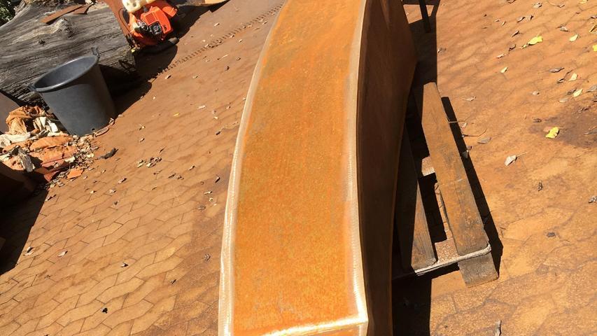Die chemische Reaktion mit allen Arten von Niederschlägen erzeugt beim Material aber auch eine orange Farbigkeit und eine samtige Oberfläche.