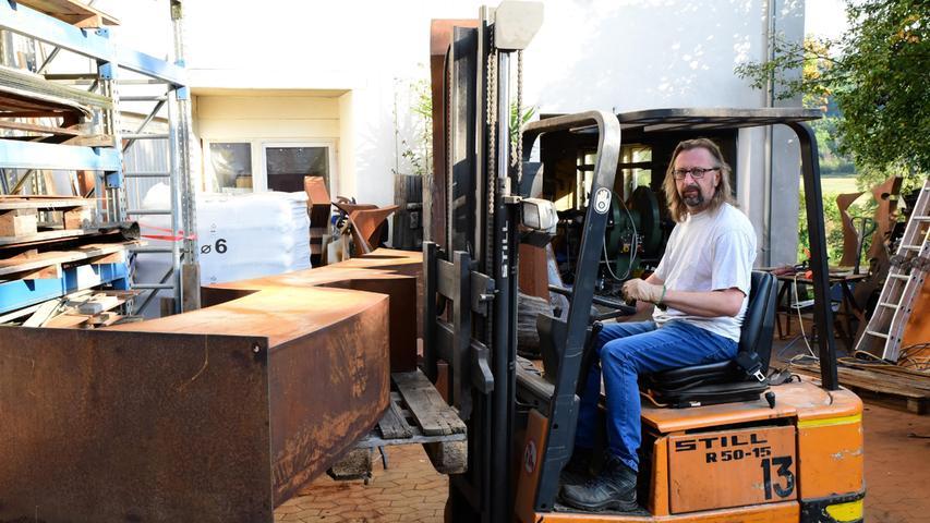 Zum Transport hat der 1968 geborene Künstler die beiden Hälften mit seinem Elektro-Stapler auf einen kleinen Anhänger gehievt.