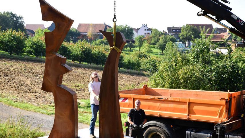 Mit einem Ladekran bewegte Roland Meixner vom gleichnamigen Transport-Unternehmen in Dietzhof dann das stählerne Etwas in Richtung des altarähnlichen Sockels. Dort bleibt es nun zwei Jahre lang.