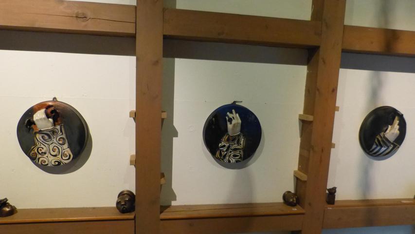 Die HausherrinSigrid Freyhat die Ausstellung mit einigen ihrer neuesten Werke angereichert. Zu sehen sind Fayencen und Keramikbüsten, die teilweise nach Auftrag geschaffen wurden.